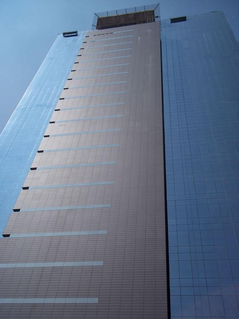 Obra de Migdal Arquitectos. Santa Fe, México. Material para la Fachada Ventilada, Moeding Alphaton color gris Volcano