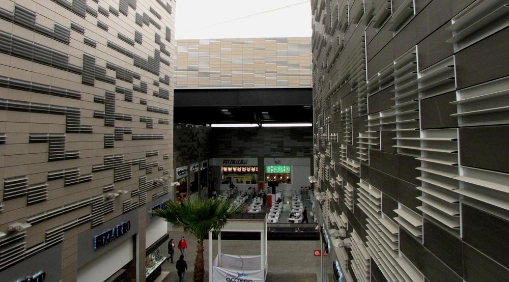 En la Ciudad de México, el Centro Comercial Acoxpa luce una fachada ventilada compuesta de paneles Alphaton