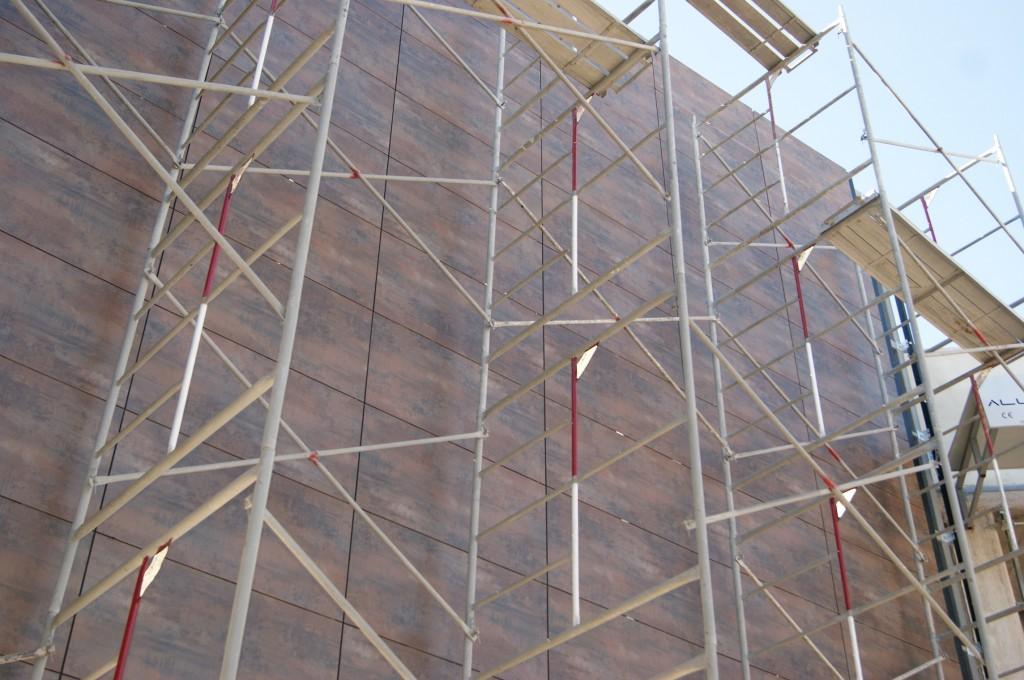Fachada ventilada en progreso de instalacion
