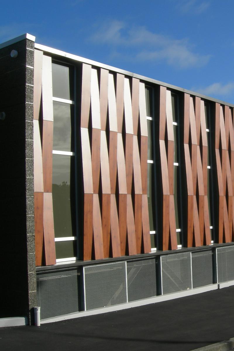 New world centro comercial con fachada fundermax estampado madera sistemas de fachadas - Material para fachadas ...
